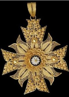 'Cruz de Malta ou Estrela', Malta's Cross or Star, Filigree cross, ornamented with curious enamel works. Quilling Jewelry, Paper Jewelry, Antique Jewelry, Vintage Jewelry, Portuguese Culture, We Are The World, Cross Jewelry, Michelangelo, Ancient Art