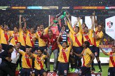 El equipo de Monarcas Morelia levantando el florero que los acredita como Campeones de la Copa MX Apertura 2013