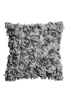 Funda de cojín con flores: Funda de cojín en satén con flores decorativas de gasa. Cremallera oculta.