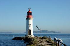 Le phare des Onglous marque la limite entre le Canal du midi et l'étang de Thau. Le port des Onglous accueille les péniches qui naviguent sur le canal. ..