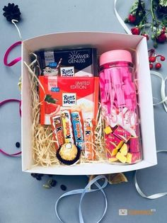 DIY Personalized Gift Baskets DIY Personalized Gift Basket For Anyone, Girlfriend, Kids, Mom Etc - Owe Crafts Diy Gifts For Friends, Bff Gifts, Friend Birthday Gifts, Easy Gifts, Creative Gifts, Birthday Presents, Diy Gift Box, Diy Box, Personalised Gifts Diy