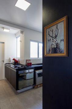 Decoração de: Cozinha integrada; parede preta; Casa de Valentina