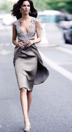Muy elegante. Para madrina o invitada: otro escote y otras mangas. La falda con capita ¡ideal!