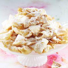Najlepszy i sprawdzony sposób na prawdziwie faworki. Zobacz jak zrobić tradycyjny chrust ze śmietaną i żółtkami. Mój przepis na faworki jest idealny. Chrusty wychodzą lekkie, kruche i rozpływają się w ustach. Snack Recipes, Dessert Recipes, Desserts, Churros, Apple Pie, Chips, Food And Drink, Treats, Cookies