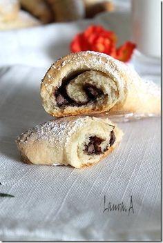 Cornulete fragede cu iaurt - sectiune Cake Recipes, Dessert Recipes, Romanian Food, Romanian Recipes, Vegetable Carving, Sweet Cakes, Bread Baking, Baked Goods, Bakery