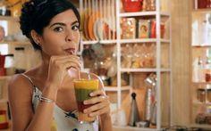 vitamina arco-iris de goiaba com creme de coco, morango com framboesa, manga e kiwi com espinafre.