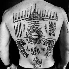 Pat Dewan, sak yant, sak Yan, tatouage, tattoo, bouddhiste, magique, protection, sacré, religieux, famille, thai, thailande, Cambodge, cambodgien, khmer, moine, contre le mal, symbole, chance, amour, argent, charme, signification, ha taew, gao yord, paed tidt, voyageur, boussole, spirale, mauvais, esprit, unalomee, tigre, Hanuman,bouddha, écriture, bamboo, bambou, lana, lotus, khem sak, baguette, machine, ajarn, maître, moine, tatoueur, asiatique, thaïlandais, bouddhistes, www.sak-yant.be