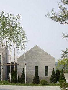 Piet Boon architecture   La conception de séjour extérieur avec arbre casuarina au triage et de jardin vert idées avec le thème de la résidence blanc