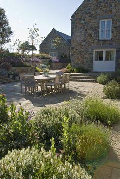 Quand on a une grande terrasse, créez des espaces de plantation permettra une meilleure intégration dans le jardin et une transition en douceur entre la partie minérale (la terrasse) et la partie végétale qui compose le reste de l'aménagement. Découvrez comment réaliser cela et d'autres astuces pour votre terrasse ici : http://www.amenagementdujardin.net/9-astuces-pour-dynamiser-votre-terrasse/