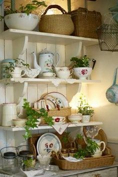 Chic Kitchen Best Ideas For Farmhouse Style Kitchen Shelves Shabby Chic Shabby Chic Farmhouse, Farmhouse Style Kitchen, Shabby Chic Cottage, Shabby Chic Decor, Cottage Style, French Cottage, Country Kitchen Ideas Farmhouse Style, Country Kitchen Shelves, Shabby Chic Shelves