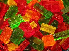Aprenda a fazer gomas de gelatina em forma de Lego para crianças