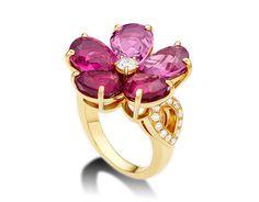Anillo Sapphire Flower en oro amarillo de 18 qt con turmalinas rosa, rubelitas y pavé de diamantes.