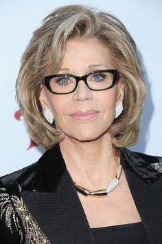 Jane Fonda Bob - Jane Fonda looked fab with her textured bob at the UCLA IOES celebration. Jane Fonda Hairstyles, Mom Hairstyles, Older Women Hairstyles, Modern Hairstyles, Hair Styles For Women Over 50, Medium Hair Styles, Curly Hair Styles, Haircut For Older Women, Great Hair
