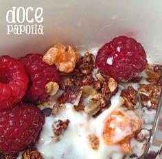Pequeno-almoço desta manhã: granola de Laranja e Chocolate com framboesas colhidas logo pela manhã no nosso jardim. Bom, não?  :-)