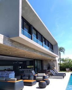 """974 curtidas, 9 comentários - Martin arquitetura (@martinarquitetura) no Instagram: """"Casa F77 . A ampla varanda de concreto aparente voltada para piscina é o grande destaque da casa,…"""""""