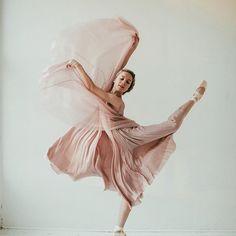 Dance Spirit Photo of the Day: Shelby Elsbree by Karolina Kuras. Ballet Poses, Ballet Art, Dance Poses, Ballet Dancers, Ballet Pictures, Dance Pictures, Modern Dance, Dance Dreams, Foto Transfer