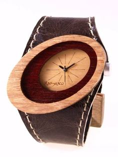 Reloj de pulso en madera, Mujer, marca Maguaco RM010. Maderas: Flor Morado y Palo Sangre Brasil. $170.000 COP