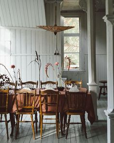 Get inspired by these dining room decor ideas! From dining room furniture ideas, dining room lighting inspirations and the best dining room decor inspirations, you'll find everything here! Dining Room Paint, Dining Room Sets, Dining Room Design, Dining Table, Wood Table, Table Haute, Bohemian Style Bedrooms, Piece A Vivre, Cute Kitchen