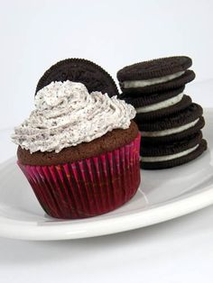 Oreo Cupcakes recipe is great idea how to use your favorite ( Oreo) cookies in a cupcake. These cupcakes have Oreo cookie bottom, moist chocolate cake and Oreo Cookie Cupcakes, Baking Cupcakes, Yummy Cupcakes, Chocolate Cupcakes, Cupcake Recipes, Dessert Recipes, Desserts, Cheesecake Swirl Brownies, How Sweet Eats