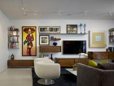 salon vintage avec support tv mural et meubles suspendus en bois