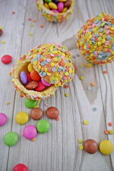 Konfetti-Kugeln aus Mürbeteig, umhüllt mit weißer Schokolade und süßem Konfetti und gefüllt mit Smarties | foodistas.de | Karneval, Mürbeteig, Schokolade | Backen
