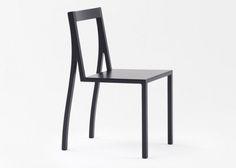 Черный стул в стиле минимализм