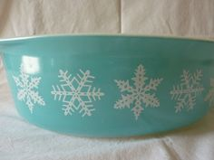 Vintage Oval Pyrex QT Ovenware Casserole - Turquoise Blue Snowflake Pattern - Made in USA Snowflake Pattern, Pyrex, Pattern Making, Casserole, Snowflakes, Turquoise, Usa, Tableware, Awesome