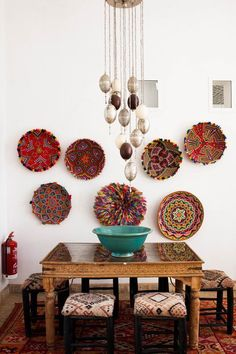 Amazing African dining room with beautiful multicolored baskets as wall art /pattonmelo/; inspiration for crochet
