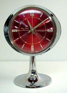 Reveille matin d'époque. Space age. Vintage alarm clock. Chrome.