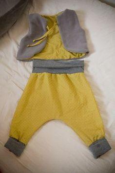Après le sarouel pour adulte (qui était le tout premier tutoriel de Minuscule Infini), voici un patron gratuit pour confectionner un sarouel pour bébé du 3 mois au 24 mois. Le modèle est évolutif c...