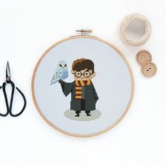 Harry Potter pattern Pattern PDF includes: - DMC list of thread colors - Pattern in color blocks - Pattern in symbols - Cross Stitch Basics PDF for beginners Stitches: W69 x H85 Dementions: Aida 14 12.52 (W) x 15.42 (H) cm Please note, this is a PDF pattern only, no fabric, floss, or