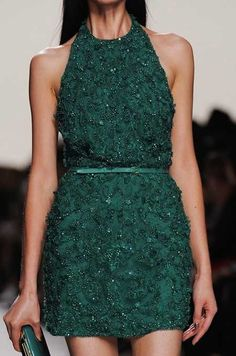 Bu yılın en trend renklerinden biri olan avcı yeşili bir elbise...