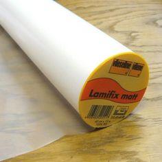 Le Lamifix: film plastique transparent qui s'applique simplement au fer à repasser pour imperméabiliser vos tissus. Pour réaliser trousses de toilettes, sets de tables, cabas imperméables, corbeilles... Non lavable ! peut être épongé. Idéal po...
