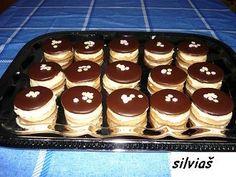 Išelské koláčky. 14 dkg tuku/hera/ 7 dkg pr.cukru 21 dkg hl.muky 4 dkg orechy plnka: 2,5dcl mlieka 1 van. puding 22 dkg cukru 1 maslo