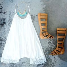 bohemian lace flowy dress boho chic vibe gladiator sandals and turquoise necklace Bohemian Mode, Bohemian Style, Boho Chic, Summer Outfits, Cute Outfits, Casual Outfits, Look Fashion, Fashion Outfits, Cheap Fashion