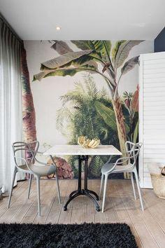 Papel de parede maravilhoso para compor a decoração tropical Decorating Small Spaces, Interior Decorating, Interior Design, Wall Design, House Design, Tropical Wall Decor, Tropical Bathroom, Tropical Interior, Modern Tropical