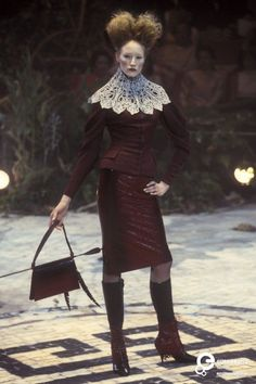 Alexander McQueen for Givenchy Couture Autumn-Winter 1998 Alexander Mcqueen, Alex Mcqueen, Couture Mode, Couture Fashion, Runway Fashion, Timeless Fashion, High Fashion, Givenchy Designer, Become A Fashion Designer