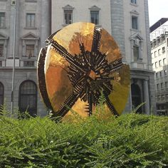 Il Disco Scultura bronzea di Arnaldo  Pomodoro 1980 Piazza Meda - Milano -  #arnaldopomodoro#scultura#igmilano#milanodavedere#cittadimilano#turismomilano#themilanlifeinc#love_united_milano#lombardia_super_pics !!@ungiornoconamalia by maurix853