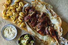 Mπούτι αρνιού με αρωματική μαρινάδα δεντρολίβανου και με ένα γλάσο με μέλι από τον Άκη Πετρετζίκη!