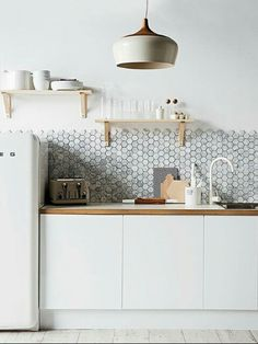 Leuke keuken, tegeltjes achterwand, koelkast en hout