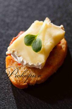 Мини брускета с сыром бри и овощным чатни www.prokopievcatering.by