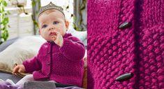 Facile à tricoter d'un seul morceau, ce modèle au point de riz et jersey est réalisable par les débutantes. A accessoiriser avec la couronne au crochet.  Tailles : 1 mois (3 mois) 6 mois ...