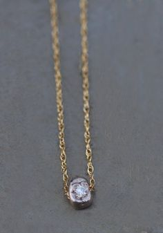 Pendentif or gris diamant par Esther Assouline pour l'Atelier des Bijoux Créateurs.