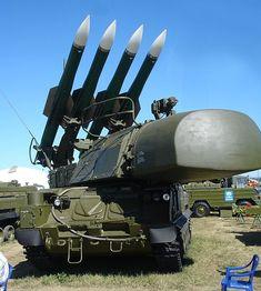 Ein BUK- Starter mit dem Zielradar und den 4 mächtigen Raketen.
