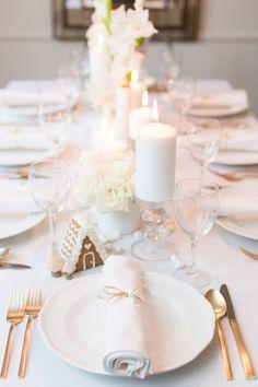 Une déco de table de Noël blanche, élégante et moderne, décorée de bougies et de fleurs blanches #noel #décodenoel #déco
