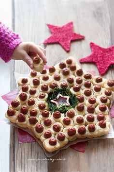 Star of Wurstel and puff pastry - Recipe Stella di Wurstel Christmas Food Treats, Xmas Food, Christmas Appetizers, Christmas Cooking, Party Buffet, Antipasto, Clean Eating Snacks, Finger Foods, Food Inspiration