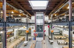 Siège de Pinterest à San Francisco Un très grand espace de travail ouvert dans un entrepôt restauré qui reflète bien l'esprit dynamique, urbain, collectif et créatif de Pinterest. Poutres en acier et murs en béton se mêlent à un mobilier contemporain. On retrouve de longues tables au RDC qui encouragent la coopération et l'esprit d'équipe et des sections privées coupant le grand espace pour les réunions. À l'étage, des bureaux et des cabines sont créés pour le travail personnel.