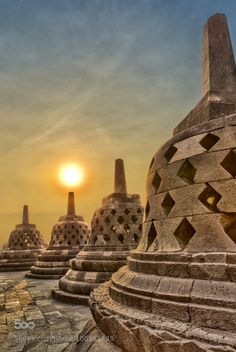 Built in century, the famous Buddhist temple at Borobudur is a renewed world heritage site. Know more on history, best time to visit and timings of Borobudur temple in Yogyakarta. Borobudur Temple, Buddhist Temple, Buddhist Art, Ancient Ruins, Green Nature, Yogyakarta, World Heritage Sites, Wonders Of The World, Monument Valley