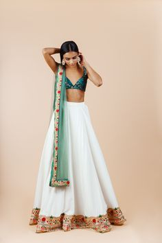 Follow me pritikar0000 Indian Gowns Dresses, Indian Fashion Dresses, Indian Designer Outfits, India Fashion, Indian Outfits Modern, Indian Inspired Fashion, Indian Designers, Backless Dresses, Fashion Fashion