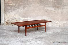TABLE BASSE DANOISE/SCANDINAVE VINTAGE EN TECK, GRETE JALK, GLOSTRUP http://www.gentlemen-designers.fr